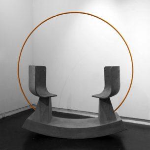 門洞在建築之意是過渡空間,同也是框起園景,門洞月拱門可框起對方,人與人坐在一起,利用平衡來感受對面之意,雙方互相互動以作玩味。